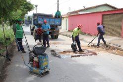 Prefeitura realiza serviços de tapa-buraco em diversos trechos da cidade.