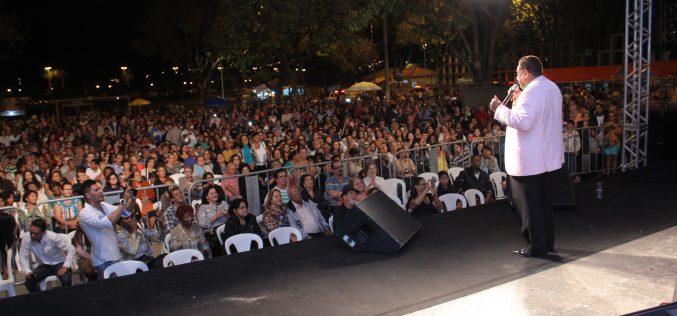 Festa das Mães com show de Agnaldo Timóteo reúne centenas de pessoas na Boa Vista