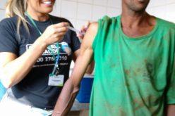 Cerest vacina trabalhadores da associação de catadores de material reciclável