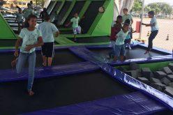 Jovens e crianças do SERPAF têm manhã divertida no Super Parque das Camas Elásticas