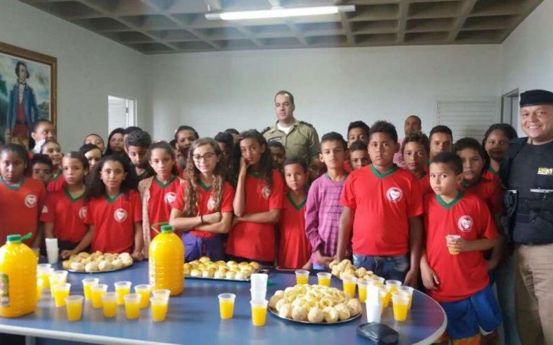 Alunos de Funilândia visitam 25º Batalhão da PM de Sete Lagoas