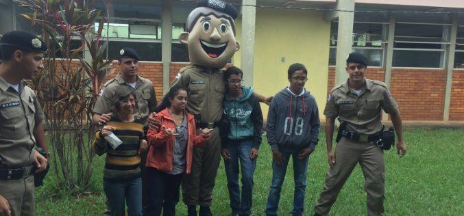 Policia Militar realiza ação social na APAE de Sete Lagoas