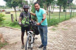 Ciclista que percorreu 29 países visita Sete Lagoas