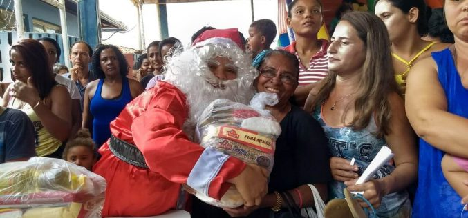 Festa de Natal reúne centenas de pessoas na Cidade de Deus