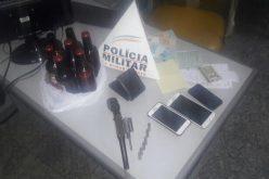 PM apreende arma de fogo e prende condutor de veículo com sinais de embriaguez no bairro Catarina