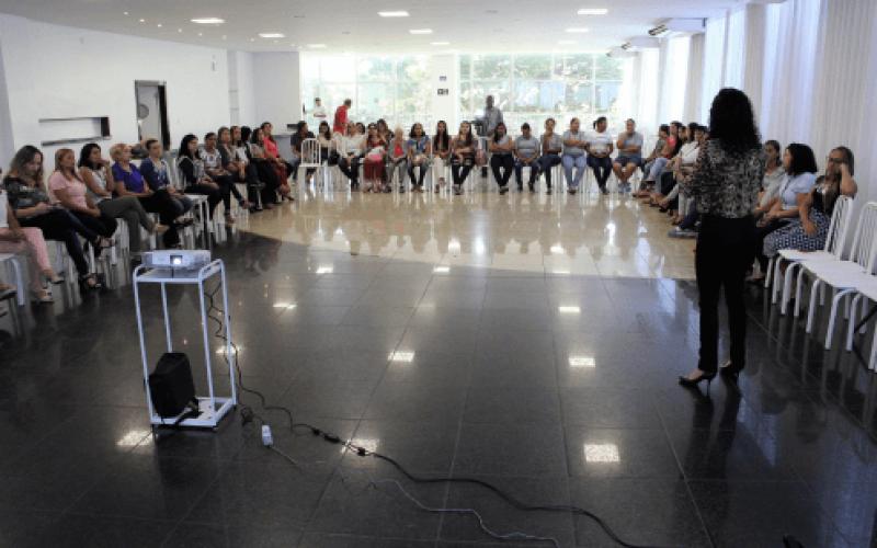 Câmara homenageia servidoras mães em bate papo com psicóloga sobre superproteção