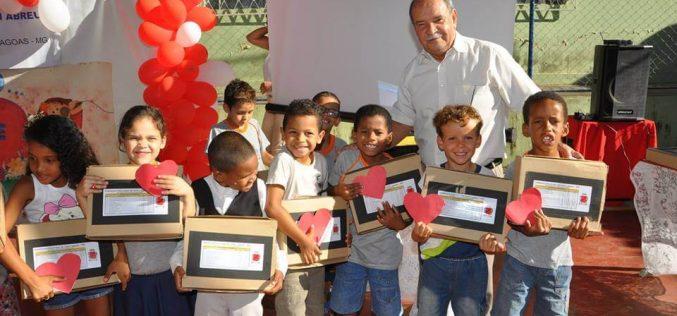 Mais de 16 mil alunos da rede municipal recebem kits escolares