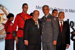 Leone Maciel recebe a maior honraria concedida pelo Corpo de Bombeiros de MG