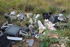Descarte de entulho e lixo em locais públicos coloca população em risco
