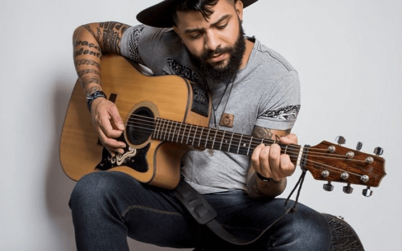 Shopping Sete Lagoas recebe show do cantor Leo Guto