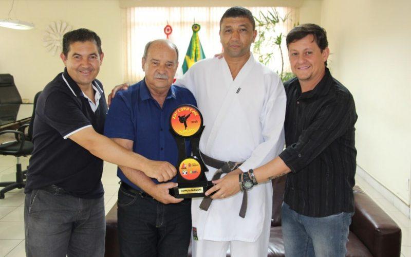 Prefeito Leone recebe homenagem por apoio a Copa Caic de Karate