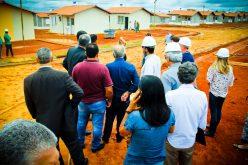 Ritmo de construção das 500 casas surpreende comitiva liderada pelo prefeito Leone Maciel