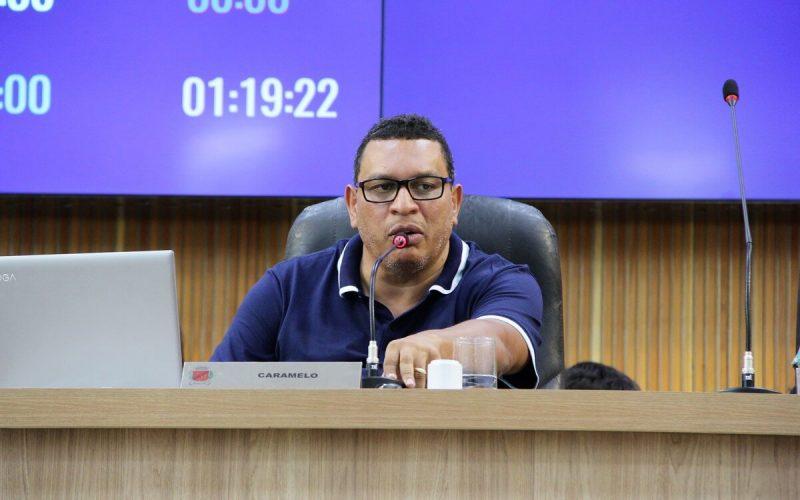 Enquanto estiver prefeito, Caramelo não mais presidirá reuniões na Câmara