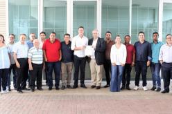 Prefeito Cláudio Caramelo e o deputado Douglas Melo recebem secretário de Estado