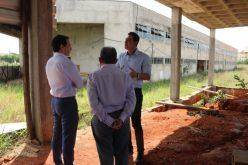 Deputado Douglas Melo recebe Secretário de Estado para apresentar obras paradas na cidade