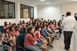 Curiosos, alunos do Regina Pacis questionam presidente em Visita Orientada