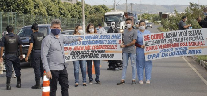 Blitz educativa distribui kits com máscaras e álcool-gel em frente à UPA 24 Horas