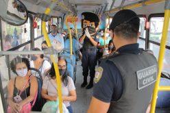 Guarda Municipal realiza campanha de conscientização e distribui máscaras no Terminal Urbano
