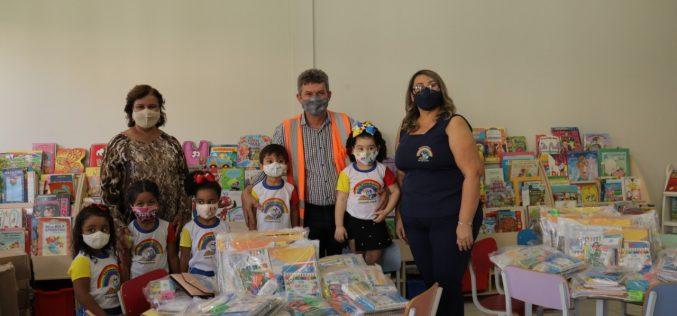 Prefeitura distribui mais de 15 mil kits escolares para apoiar alunos em aulas remotas