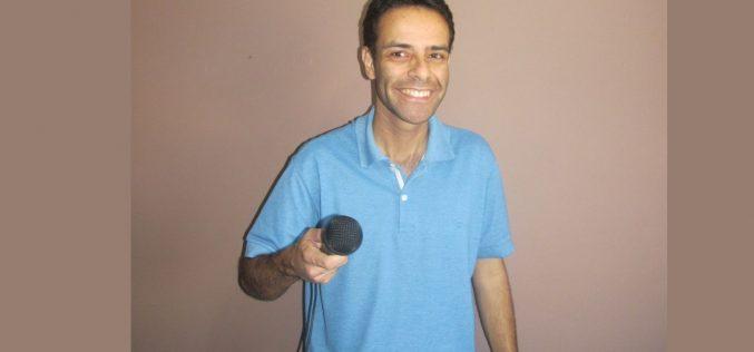 Humorista Ricardo Bello prepara volta aos palcos